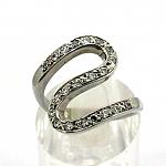 """טבעת """"נחש"""" זהב לבן 14K משובצת עם 21 זרקונים"""