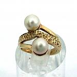 טבעת זהב צהוב 14K משובצת עם 2 פנינים