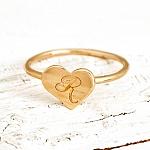 טבעת לב עם חריטה של אות בהתאמה אישית - מזהב 14K