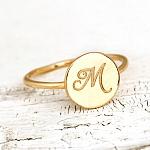 טבעת עם חריטה של אות בהתאמה אישית - מזהב 14K