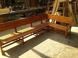 """ספסל עץ בצורת """"ר"""" כולל משענות יד"""