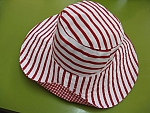 כובע לנשים דגם קרן פסים לבן אדום