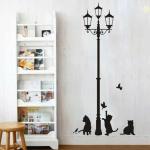 מדבקת קיר חתולים מנסים לתפוס ציפורים ליד עמוד תאורה