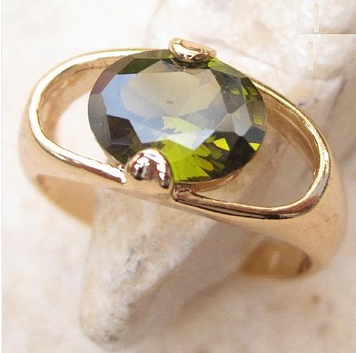 טבעת יוקרתית לאישה 18 קראת משובצת אבן פרידוט ירוקה - 1