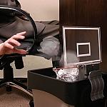 כדור סל ניירות לפח המיחזור במשרד